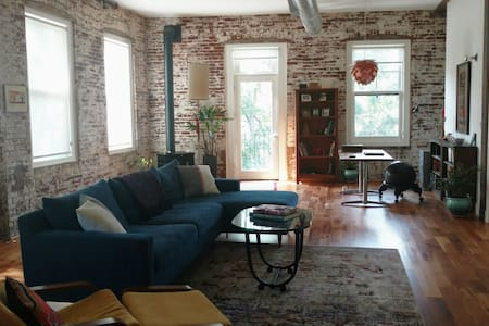 Guest Rm in Serene Creekside Loft-Walk to Main St. - Loft