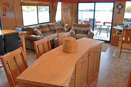 Houseboat lodging on the Mississippi river! - Lansing