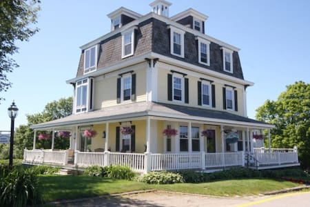 Harbor House Inn water view, in town - Boothbay Harbor - Bed & Breakfast