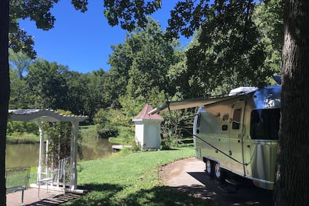 Modern Airstream on B&B beautiful acreage w/ pond - Camper/Roulotte