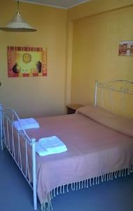 Camera confortevole e luminosa con terrazzo - House