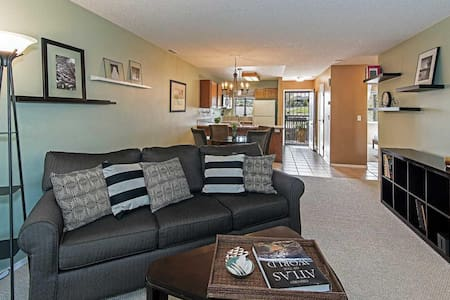 Winning Reno Condo! 2B/1Ba, pool with garden views - Társasház