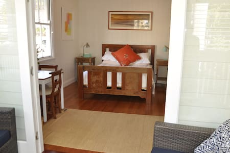 Room private deck, leafy quite area - Woolloongabba, Brisbane - Bed & Breakfast