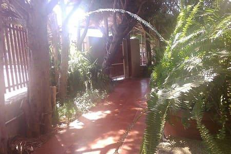 Villa intera con giardino e parcheggio - Villa