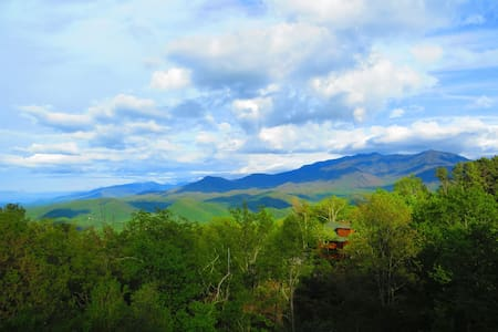 WOW Mountain Views, 2 Kings+, Hot Tub & More! - Gatlinburg