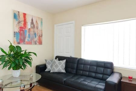 A comfortable couch in Hollywood) - Los Angeles - Casa