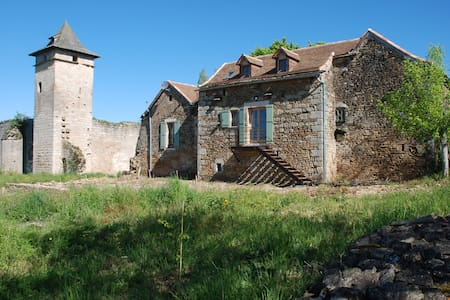 2 BEDROOM COTTAGE ALONGSIDE A RUINED CASTLE - Dům