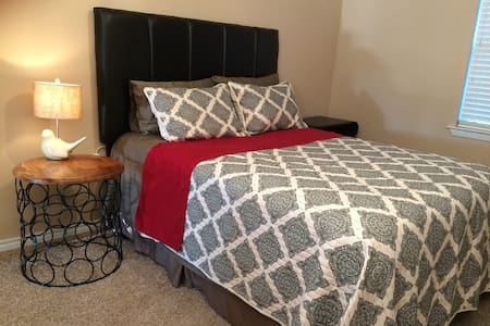 Little Country Home Queen Bed D - McKinney - Ev