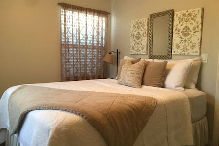 Downtown Getaway for Two! One Bed, One Bath Home - Paso Robles