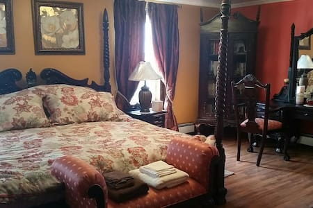 "ROOM # 4 ""PEACHES AND CREAM"" - Bed & Breakfast"