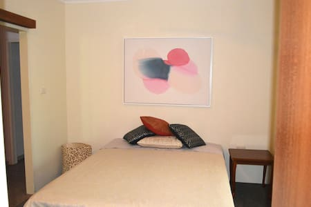 Cool, open house - views - large bed with bathroom - Mooroobool