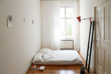 Simply a room in Berlin-Neukölln - Berlin