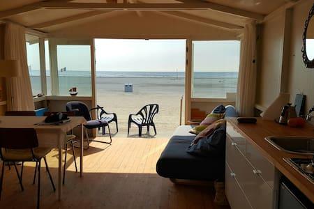 Strandhuisje OP het grote strand IJmuiden - Cabin