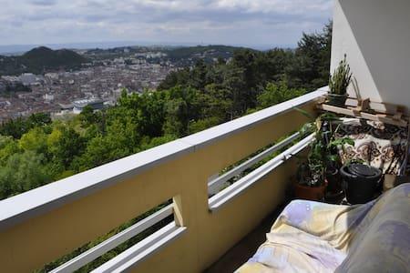 Petit appart avec balcon et un espace forestier - Apartamento