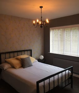 Spacious double room, village setting - Lingfield