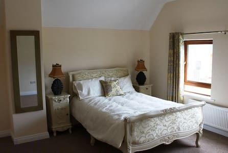 Deluxe Double bedroom with en-suite - Aamiaismajoitus