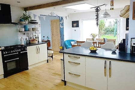 Lovely, family friendly bungalow near Porth Beach. - Newquay - Bungalou