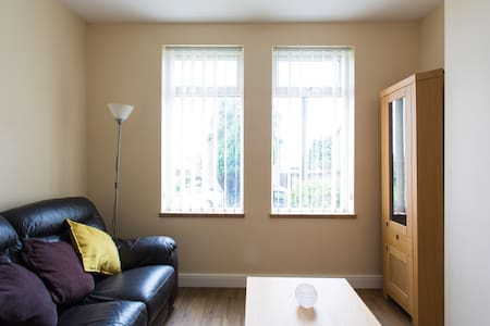 Single room with Shared Bathroom - Port Talbot - Huis