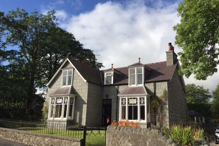 Charming Victorian house in village centre - House