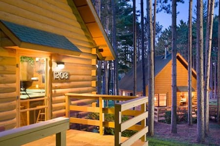 Cozy 2 bedroom Cabin with Fireplace - Wisconsin Dells