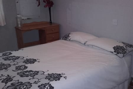 Spacious room with comfortable double bed - Basildon