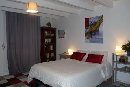 Jolie chambre dans maison de village - Saint-Brice - Bed & Breakfast