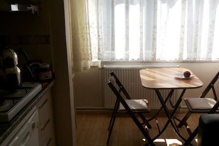 20steps to main highway. 10min to ataturk airport - Appartement