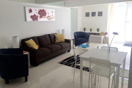 Modern 2 Bedroom Unit on Lakefront - Killarney Vale - Apartment