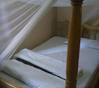Home-on out skirts of town - Kampala - Bed & Breakfast