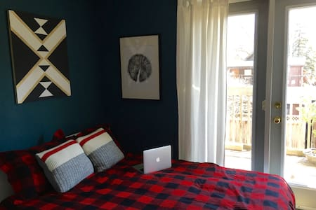 Cozy Canadiana w/ Private Entrance - Appartement