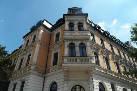 30qm Zimmer mit Erker/Küche Altbau - Apartamento