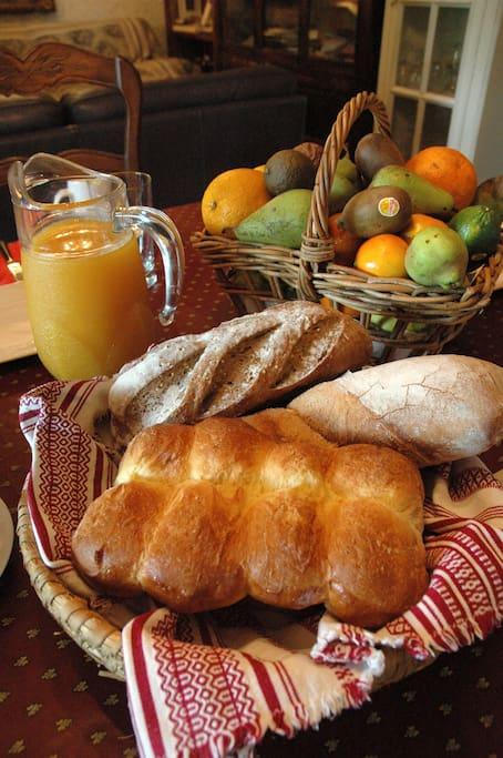Le petit déjeuner le matin, le pain frais et les croisants