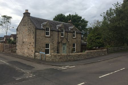 TRADITIONAL 1860 SCOTTISH COTTAGE in small village - Bed & Breakfast