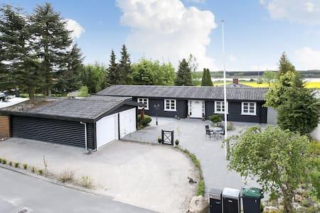 SKØNT BJÆLKEHUS, UDSIGT OG NATUR OG PLADS - Bed & Breakfast