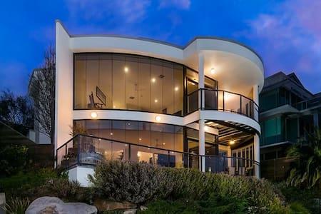 BEAUTIFUL LIGHT FILLED BEACH HOUSE - Kingston Park - House