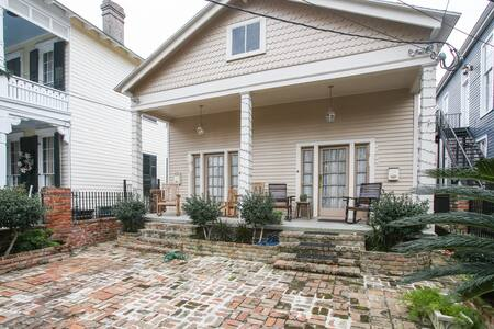 Eccentric 2-Story with Jacuzzi Tub - New Orleans - House