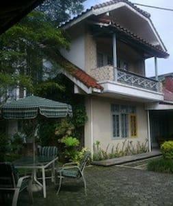 SAUNG NINI BETY, Family Guest House. - Casa
