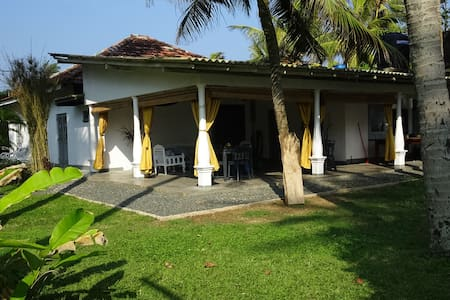 Blue Whale Villa by the beach (garden room small) - Ahangama - Inap sarapan