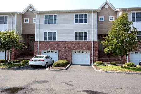 Cozy Townhome away from Home - Hasbrouck Heights