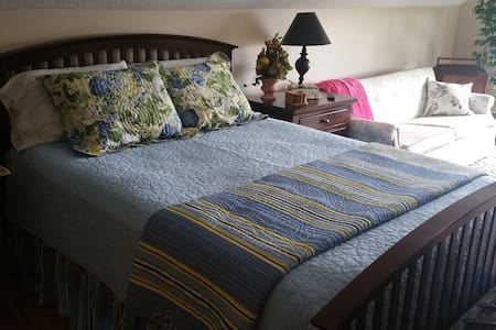 Private Upstairs room - sleeps 4 - Casa