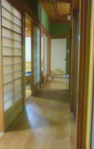 一軒貸切り!ちょんまげのホストが住む隣の古民家で薪割り体験や五右衛門風呂体験もできます - Dům