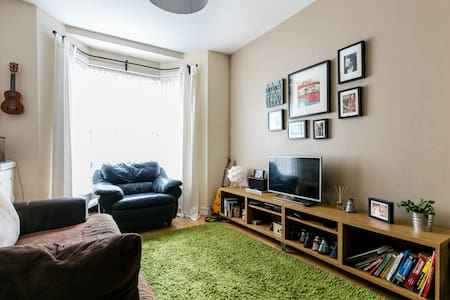 Bright Double Room near Titanic Qtr, City Airport - Belfast - House
