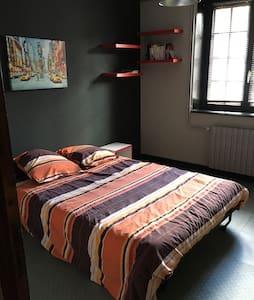 Chambre dans charmante bâtisse - House