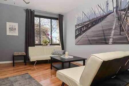 Big, sunny room! Your room at my place is beautiful! My apartment is located practically across the street from the Hudson River. You have access to my roof for an amazing view. There is a lively bar downstairs that plays music every night!