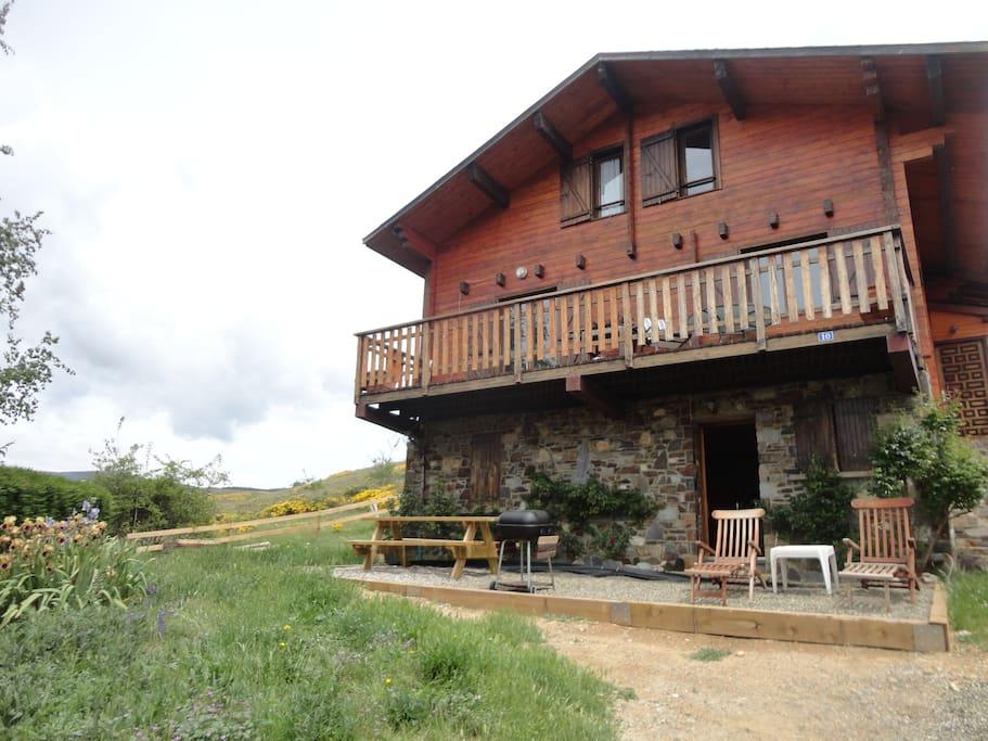 Casa de madera unifamiliar. El apartamento se encuentra en la planta baja, con entrada independiente