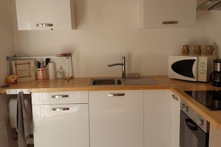 Studio meublé indépendant dans maison particulière - Byt