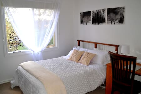Quiet, leafy, close to city/airport - Bed & Breakfast