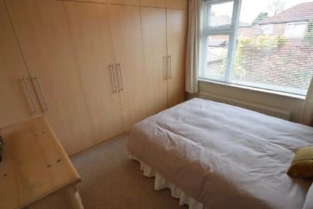 Cosy room in a friendly and bright home in Cheadle - Cheadle
