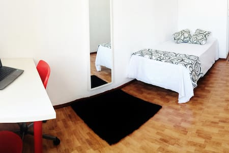 BRIGHT ROOM WITH BEATUFIUL VIEWS IN THE CENTER - València - Apartment