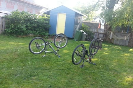 Cozy home/bike trails/walk anywhere - Truro - Huis